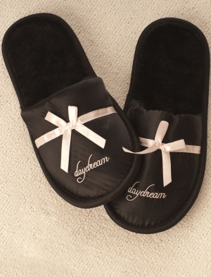 Saténové nazouvací papuče - černé